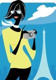 Mulher na frente da torre Eiffel Fotos de Stock Royalty Free