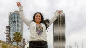 Mulher na frente de duas construções fotografia de stock royalty free