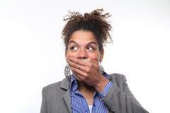Mulher na frente de um fundo branco que faz expressões foto de stock