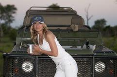 Mulher na frente de um veículo de terra 4x4 Foto de Stock
