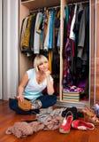 Mulher na frente do armário cheio Imagens de Stock