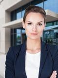Mulher na frente do centro de negócio fotos de stock royalty free