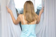 Mulher na frente do indicador Imagens de Stock Royalty Free