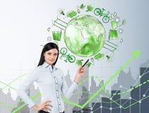 Mulher na frente dos ícones da energia do eco, ambiente limpo Fotos de Stock Royalty Free