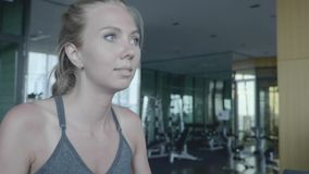 Mulher na ginástica vídeos de arquivo