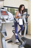 Mulher na ginástica que faz o cardio- bycicle Imagem de Stock Royalty Free