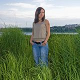 Mulher na grama alta Foto de Stock Royalty Free