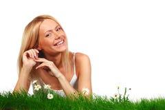 Mulher na grama com flores imagem de stock