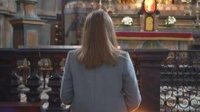 Mulher na igreja vídeos de arquivo