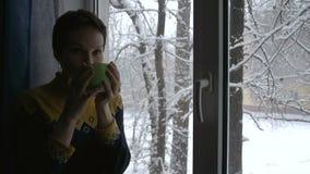Mulher na janela do inverno video estoque