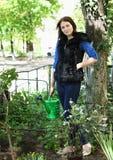 Mulher na jardinagem com flores Foto de Stock Royalty Free