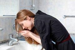 Mulher na lavagem do banho acima da face foto de stock royalty free
