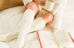 Mulher na leitura da cama Imagem de Stock Royalty Free