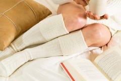 Mulher na leitura da cama Fotografia de Stock