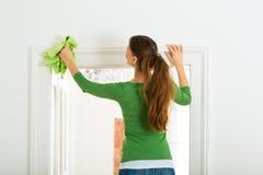 Mulher na limpeza da primavera Foto de Stock