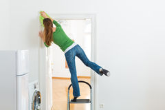 Mulher na limpeza da primavera que trabalha perigosamente Foto de Stock Royalty Free