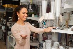 Mulher na loja da iluminação imagem de stock royalty free
