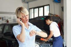 Mulher na loja de auto reparo Fotos de Stock Royalty Free