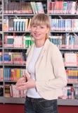 Mulher na loja de livro fotos de stock