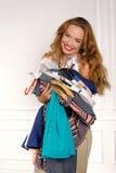 A mulher na loja escolhe a roupa tentar sobre Imagem de Stock Royalty Free