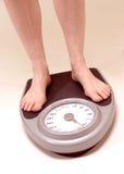 Mulher na máquina de peso Imagem de Stock Royalty Free
