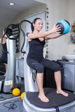 Mulher na máquina do instrutor na ginástica do esporte Fotos de Stock