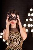 Mulher na máscara do carnaval Partido misterioso Forma fotos de stock