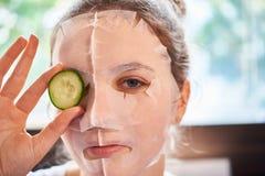 Mulher na máscara facial fotografia de stock royalty free