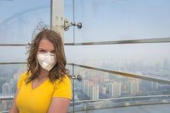 Mulher na máscara médica contra a poluição do ar foto de stock