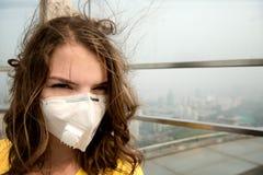 Mulher na máscara médica contra a poluição do ar imagens de stock