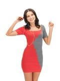 Mulher na música de escuta do vestido elegante Fotos de Stock Royalty Free