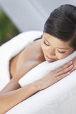 Mulher na massagem de pedra quente do tratamento dos termas da saúde Imagens de Stock Royalty Free
