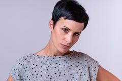 Mulher na moda atrativa com cabelo escuro curto foto de stock royalty free