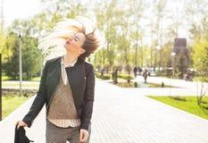 Mulher na moda com cabelo do voo fora fotos de stock