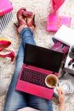 Mulher na moda com café e portátil foto de stock royalty free