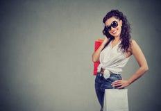 Mulher na moda com sacos de compras foto de stock