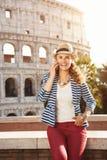 Mulher na moda de sorriso em Roma, Itália falando no telefone celular fotos de stock