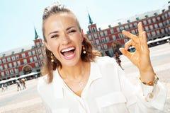 Mulher na moda de sorriso no prefeito da plaza no Madri, aprovação da exibição da Espanha fotografia de stock