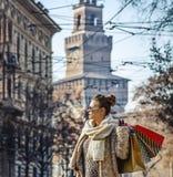 Mulher na moda do viajante em Milão, Itália que olha na distância Fotos de Stock