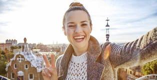 Mulher na moda feliz do turista em Barcelona, Espanha que toma o selfie fotografia de stock