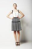 Mulher na moda na posição descascada da saia e do t-shirt. Coleção urbana da roupa Fotos de Stock Royalty Free