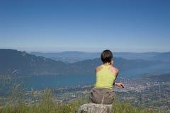 Mulher na montanha fotografia de stock