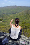 A mulher na montanha negligencia Fotos de Stock