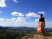 Mulher na montanha superior Fotos de Stock Royalty Free