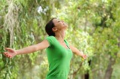 Mulher na natureza, no verde e na vegetação Fotos de Stock Royalty Free