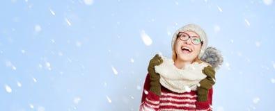 Mulher na neve no inverno no meio dos flocos de neve Fotos de Stock
