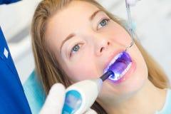 Mulher na nomeação dental fotos de stock royalty free