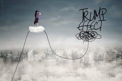 Mulher na nuvem que olha a palavra do efeito do trunfo Imagens de Stock Royalty Free