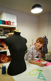 Mulher na oficina imagem de stock royalty free