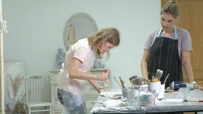 A mulher na oficina está trabalhando nas placas de madeira, criando um efeito da antiguidade video estoque